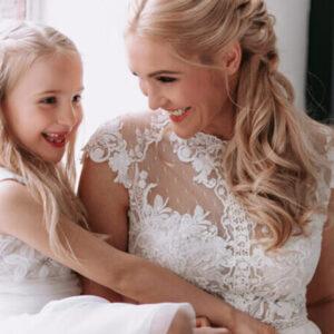 Braut mit Kind, Blumenmädchen, schwanger heiraten, Hochzeit mit Kind, heiraten mit Kind, Schwangerschaftsbrautkleid, Kleid Blumenmädchen