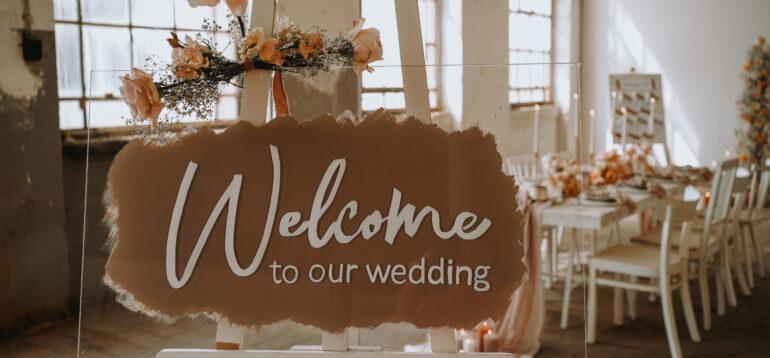 Willkommensschild, Hochzeit, Plexiglas, Hochzeitsblumen, Rosen