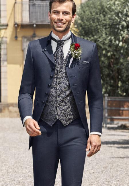 Anzug Herren, Anzug, Hochzeitsanzug, Hochzeitsanzüge, Anzüge Herren, Bräutigam, Anzug Bräutigam, Bräutigam Anzug, Royaler Look, royaler Anzug, Prince Charming, Anzug mit Weste, Dreiteiler, Weste, Plastron, Krawatte, eleganter Bräutigam Anzug, klassischer Bräutigam Anzug, klassischer Hochzeitsanzug, Anzugtrend, Hochzeitstrend, Bräutigam Trend