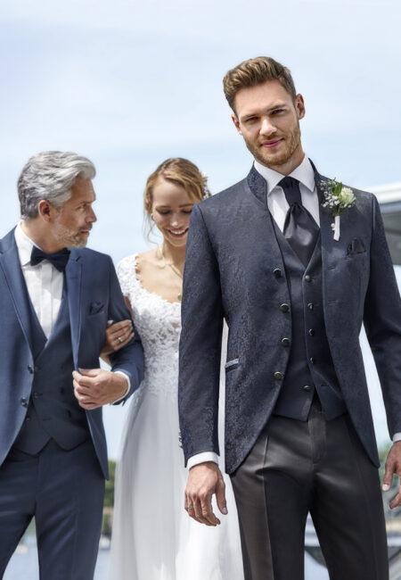 Anzug Herren, Anzug, Hochzeitsanzug, Hochzeitsanzüge, Anzüge Herren, Bräutigam, Anzug Bräutigam, Bräutigam Anzug, Royaler Look, royaler Anzug, Prince Charming, Anzug mit Weste, Dreiteiler, Weste, Plastron, Krawatte, eleganter Bräutigam Anzug, klassischer Bräutigam Anzug, klassischer Hochzeitsanzug, Anzugtrend, Hochzeitstrend, Bräutigam Trend, Anzug Brautvater, Bräutigamvater,